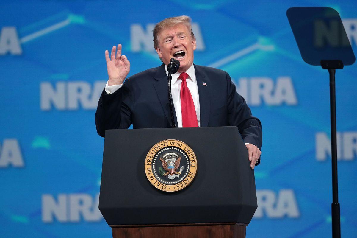 Trump defiende a la Asociación Nacional del Rifle incluso ante investigación judicial