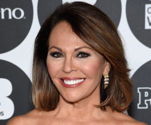 María Elena Salinas, la ex estrella de las noticias de Univision, es una belleza vestida de blanco