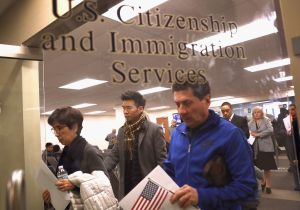 """¿USCIS adelantó aplicación de """"carga pública"""" contra inmigrantes sin previo aviso?"""