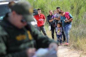Nueva victoria migratoria para Trump: corte le permite devolver solicitantes de asilo a México