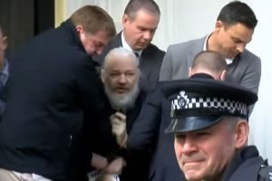 Arrestan a JulianAssange, fundador de WikiLeaks en embajada de Ecuador en Londres