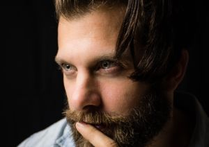 Hombres de barba y pelo abundante suelen tener testículos pequeños