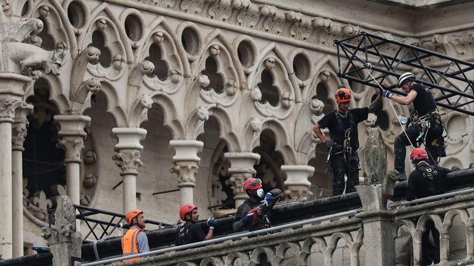 Montañistas profesionales instalarán lonas protectoras sobre Notre Dame
