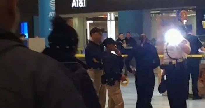 Desconocido lanza a menor desde tercer piso de centro comercial en Minneapolis