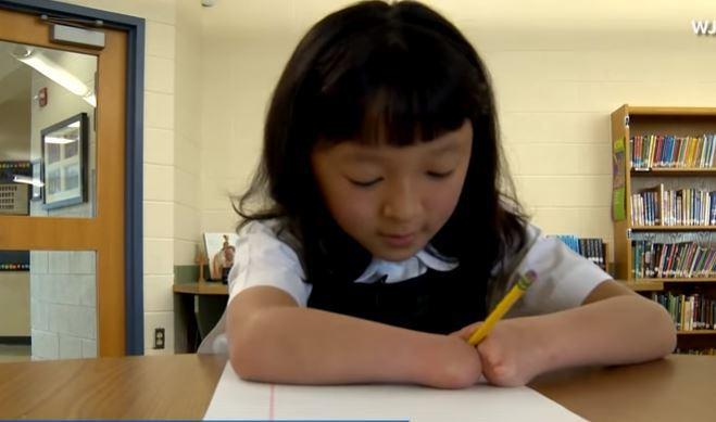 Niña de 10 años que nació sin manos gana concurso nacional de escritura