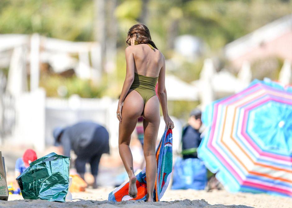 Critican a Emily Ratajkowski: su bikini ultrapequeño cubre apenas lo más íntimo