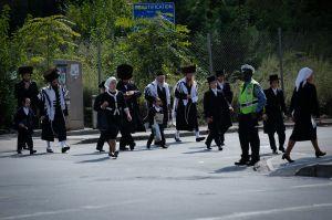 """Policía cierra escuela judía con 100 alumnos violando cuarentena en Nueva York; critican al alcalde por """"mano blanda"""""""