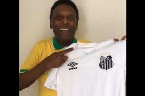 Un demacrado Pelé festeja el aniversario de la triple corona de Santos con una camiseta especial