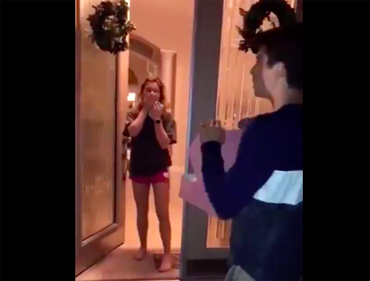 Rompe el corazón de una chica al tocar la puerta equivocada para invitar al 'prom'
