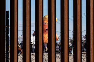 """El """"bebé Trump"""" sobrevuela la frontera para expresar el malestar de los residentes del lugar"""