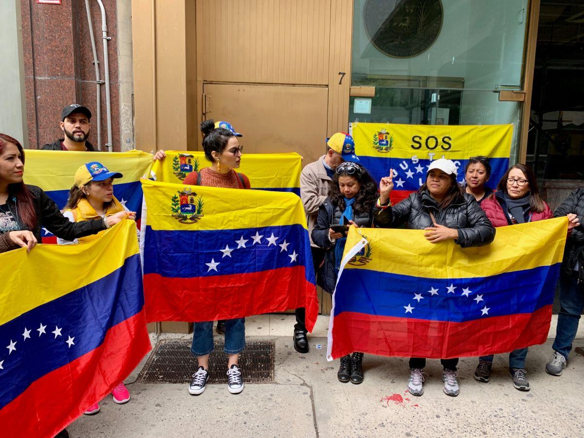 Venezolanos en Nueva York protestan frente al consulado en Manhattan
