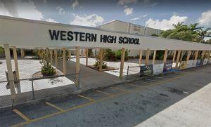 Maestra de Florida se mete en problemas por desnudos en clase