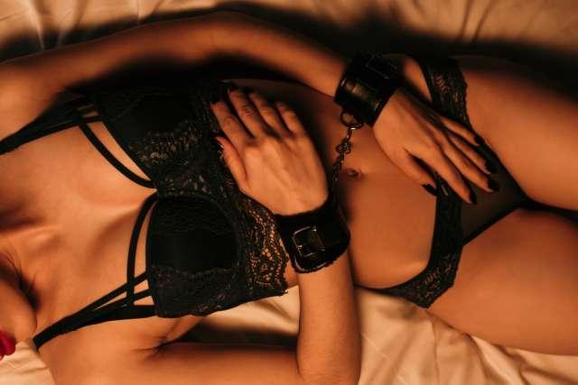 Mujeres y hombres en posiciones desnudas