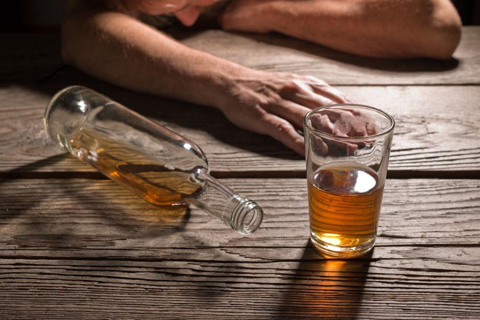 Completamente borracho, violó a su hija de 15 años al confundirla con su esposa