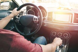¿Cómo manejar el volante durante las curvas?