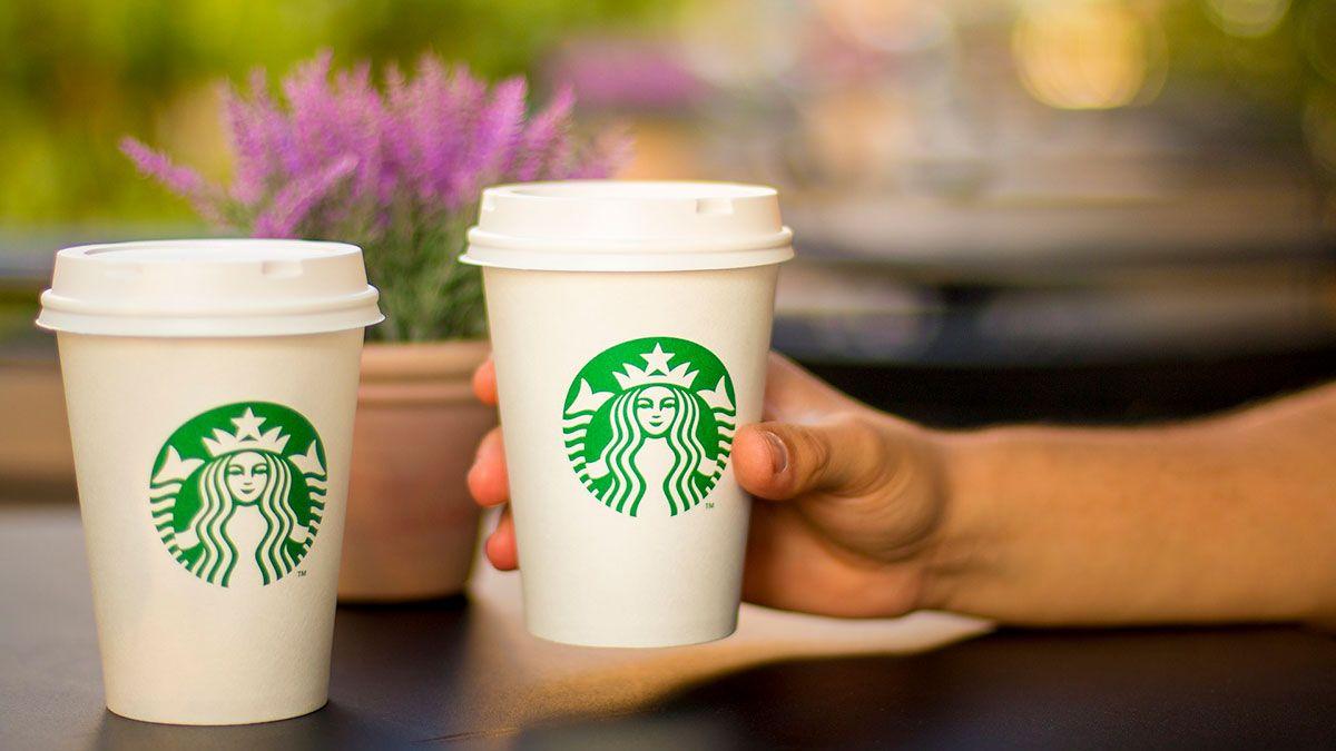 Starbucks despide a empleada por negarse a usar camiseta del orgullo LGTBQ