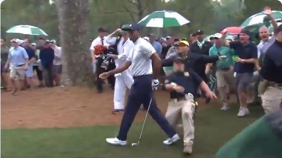 Video: Tiger Woods casi sufre una seria lesión por culpa de un guardia de seguridad