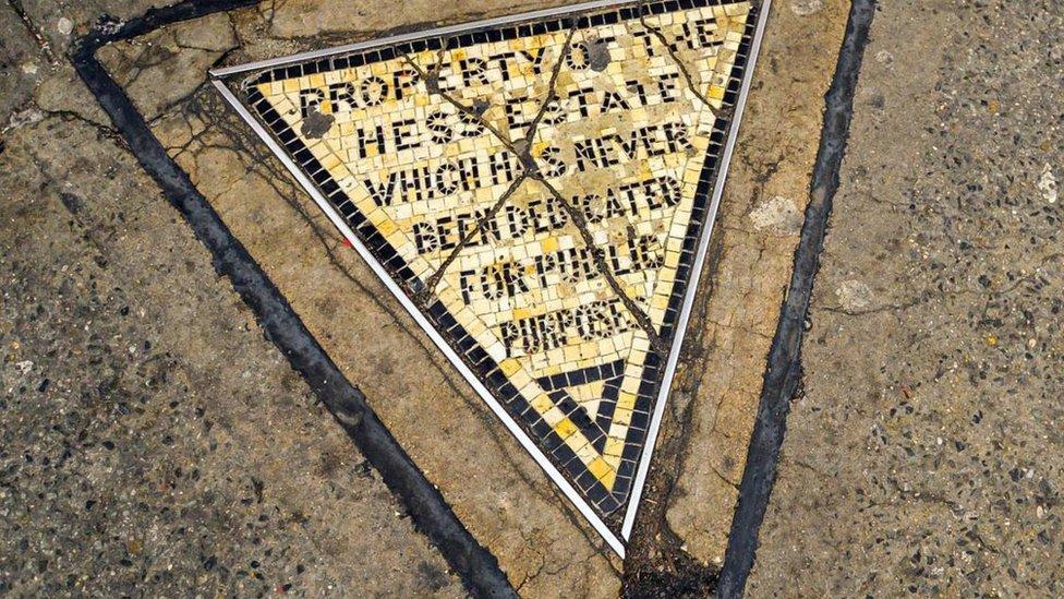 Triángulo de Hess: el minúsculo símbolo de la rebeldía de Nueva York y su fascinante historia