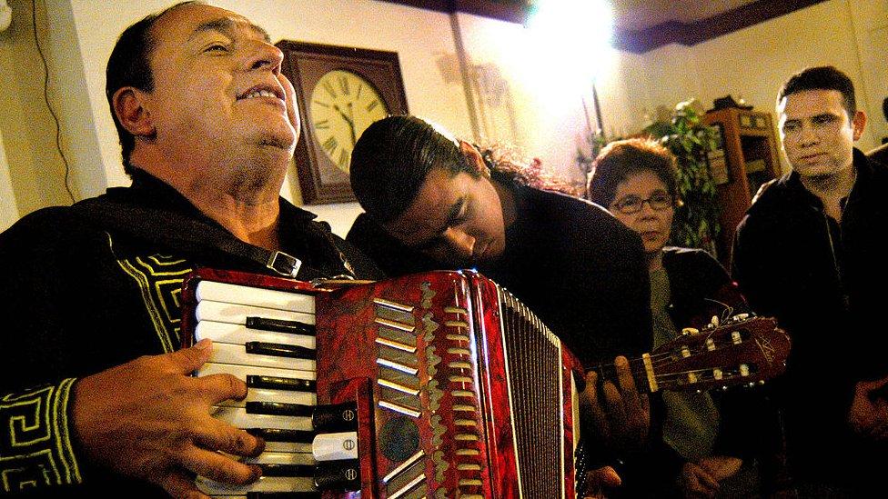 """La historia de """"Son tus perjúmenes mujer"""", la canción nicaragüense que fue nº1 y compitió con Elvis Presley. ¿Qué es el 'sulibeyo'?"""