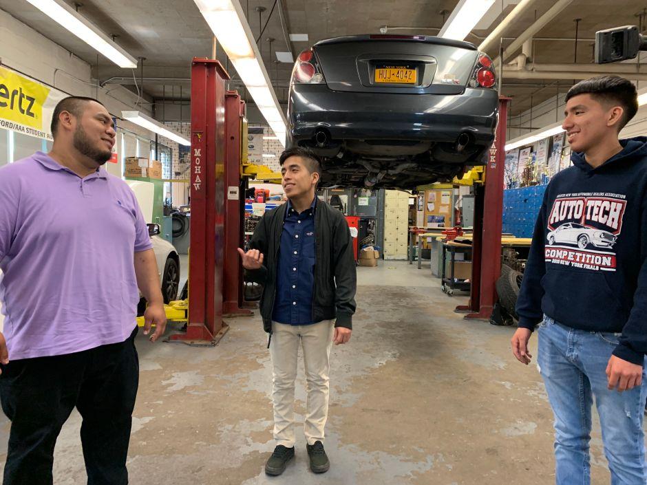 Estudiantes encuentran en educación técnica el motor al éxito