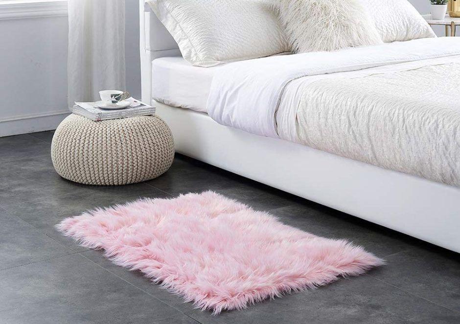 5 alfombras de felpa para darle un toque elegante y moderno a tu habitación