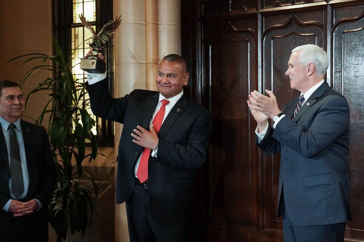 Premian al guardaespaldas hispano del vicepresidente Mike Pence