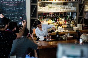 VIDEO: Ocasio-Cortez vuelve a servir copas en Nueva York por un salario justo en EEUU