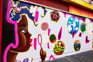 """Las memorias de Hunts Point colorean Casita María de la mano de la """"Primera Dama del Grafiti"""""""