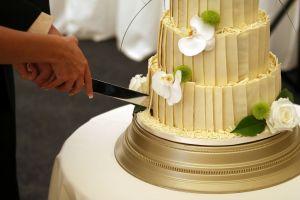 Mujer acude con tuppers a banquete de bodas para robar comida