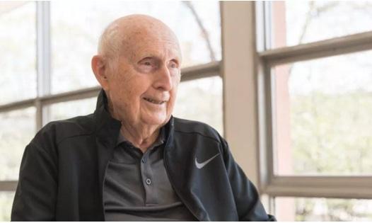 Anciano de 90 años se convertirá en el graduado más longevo del noreste de Illinois