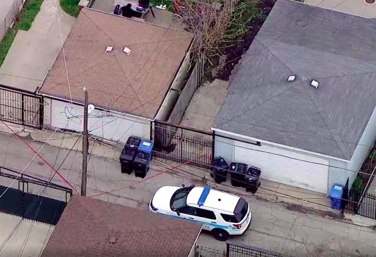 Encuentran a un recién nacido con su cordón umbilical aún conectado abandonado encima de un bote de basura en Chicago
