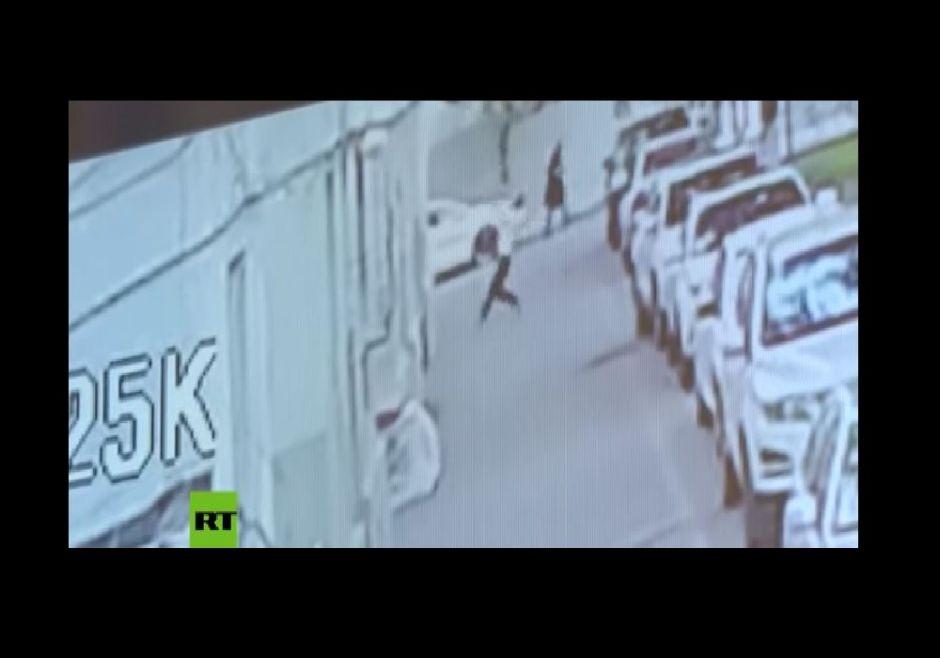 Impresionante VIDEO muestra cómo un joven salva a un bebé que cae del quinto piso