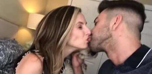 Youtuber que besó en la boca a supuesta hermana vuelve a la carga…¡besando a su MADRE!
