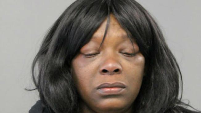 Madre empuja a su hija por las escaleras y la golpea con un martillo en el barrio de Austin en Chicago