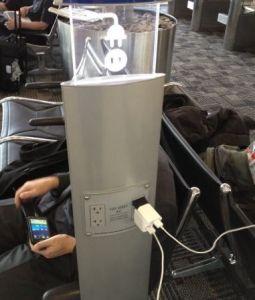 Por qué no deberías cargar el celular en el aeropuerto