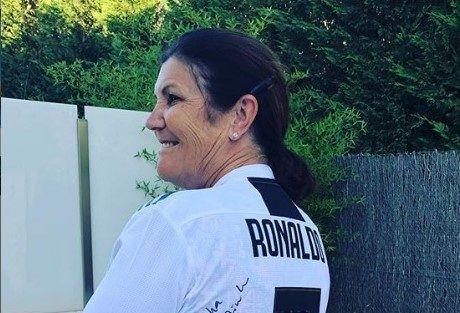 Mamá de Cristiano Ronaldo se une a la moda de Alexa Dellanos y posa en bikinis y trajes de baño