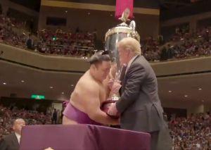VIDEO: Trump se emociona de entregar trofeo en campeonato de sumo
