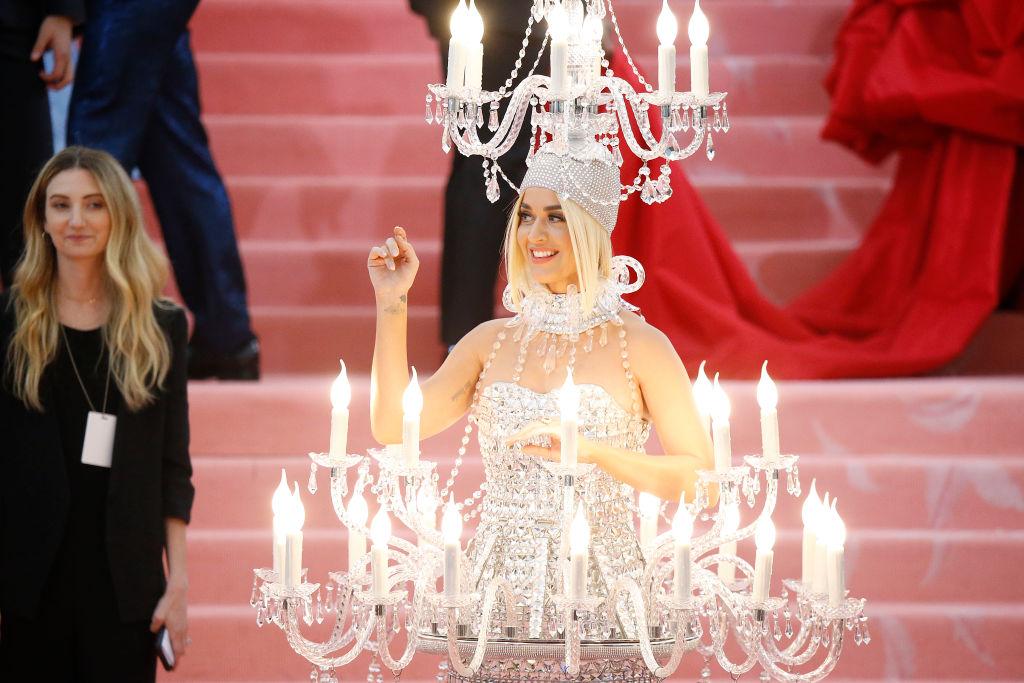 """Revelaron cuánto pesaba el """"vestido lámpara"""" de Katy Perry"""