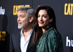 Amal Clooney, con el encanto de un vestido esmeralda y la belleza de sus piernas
