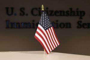 """¿Inmigrantes que solicitan ciudadanía deben temer a regla de """"carga pública"""" de USCIS?"""