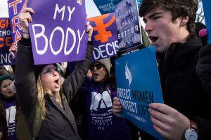 Otro estado impone restricciones al aborto. El argumento de uno de sus defensores causó indignación