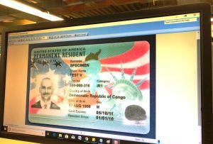 """Empresa promueve """"green cards"""" para exclusivo grupo de mexicanos"""