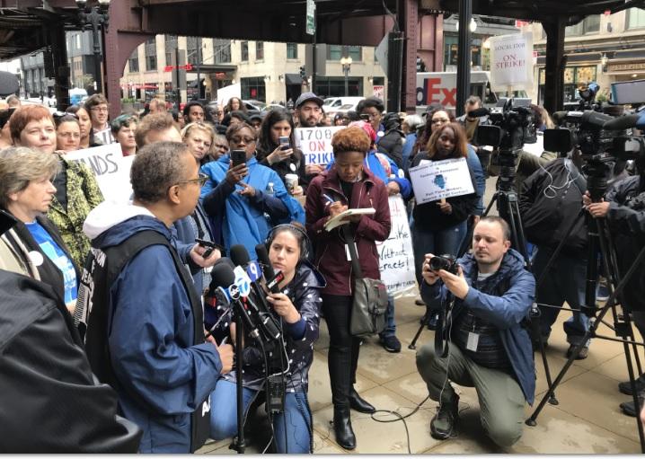 Trabajadores de Colegios Comunitarios de Chicago van a huelga