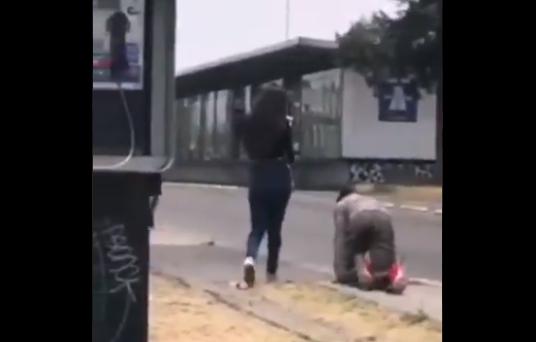 Obliga a su novio infiel a gatear por calle de Puebla, en México, como castigo