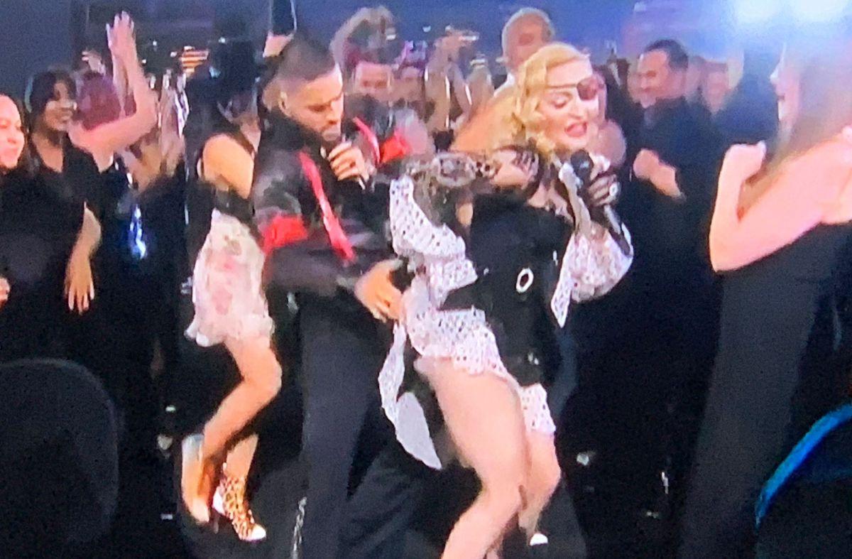 Maluma manosea a Madonna y le quita el liguero en plena presentación de los Billboard Music Awards 2019