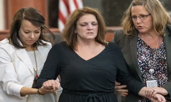 El desesperado llanto de una madre en Corte ante su exesposo y asesino de sus cinco hijos