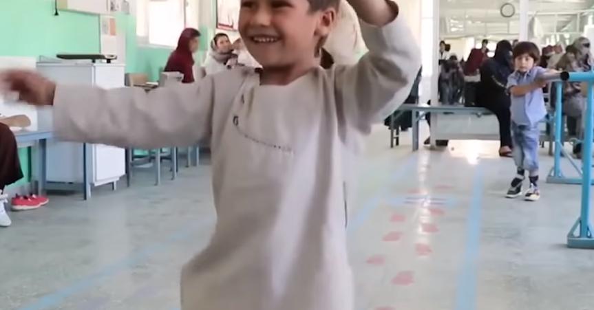 La razón por la que este niño afgano baila en el hospital ha conmovido al mundo