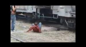 """VIDEO: Migrante pierde al pie al querer subir a """"La Bestia"""""""