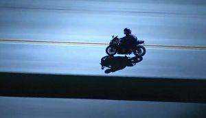 Video: Motociclista escapa de la patrulla de carreteras a velocidad extrema