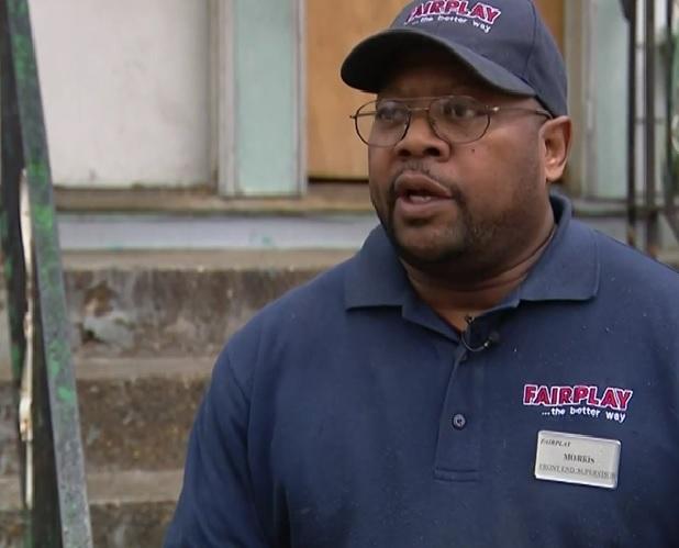 Un reverendo de Chicago dice que la Policía allanó su casa por error y que le causaron daños en su propiedad ahora él pide justicia